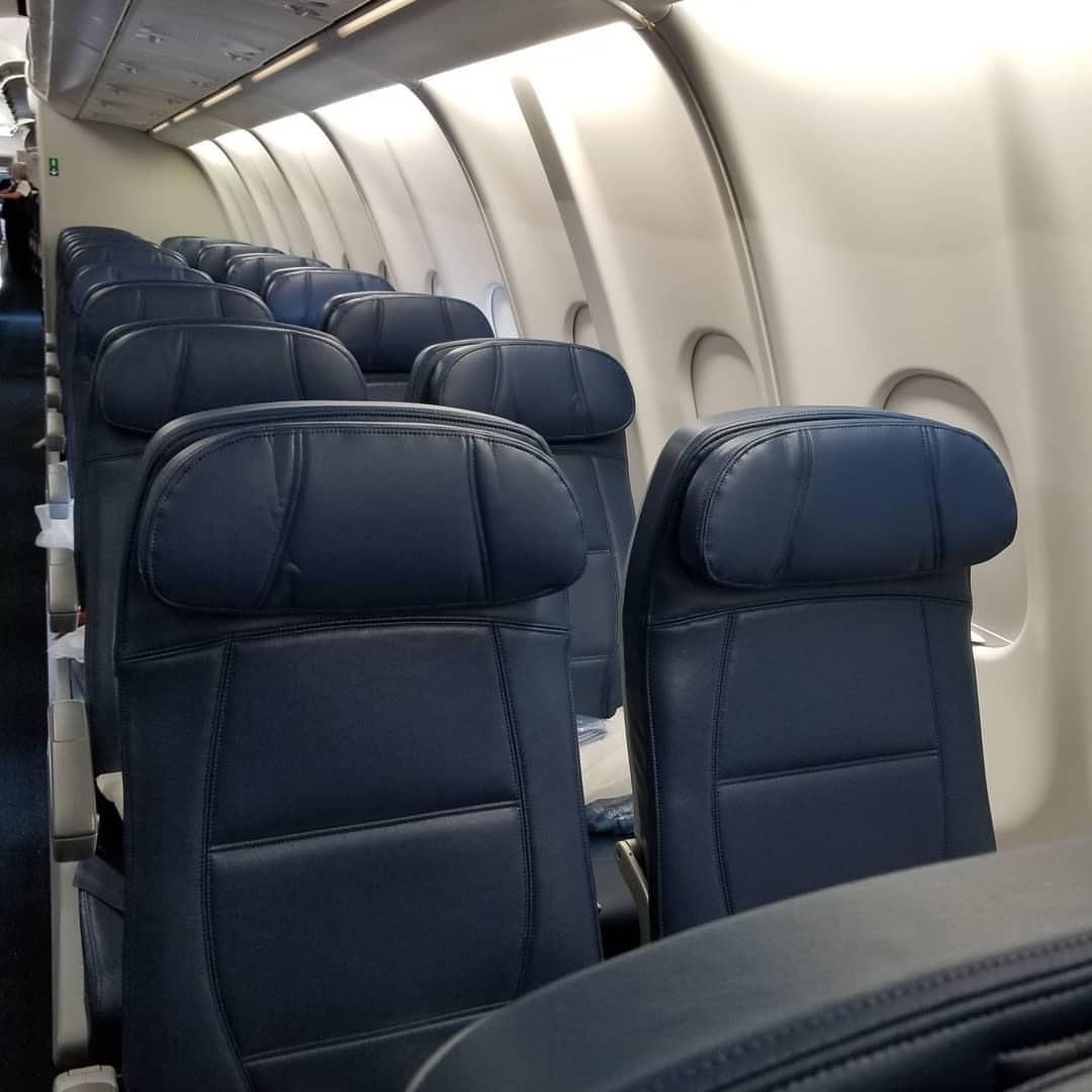 搭乗。至って普通のエコノミーで隣も来るし、というか満席だし。 (LAX - Los Angeles International Airport)