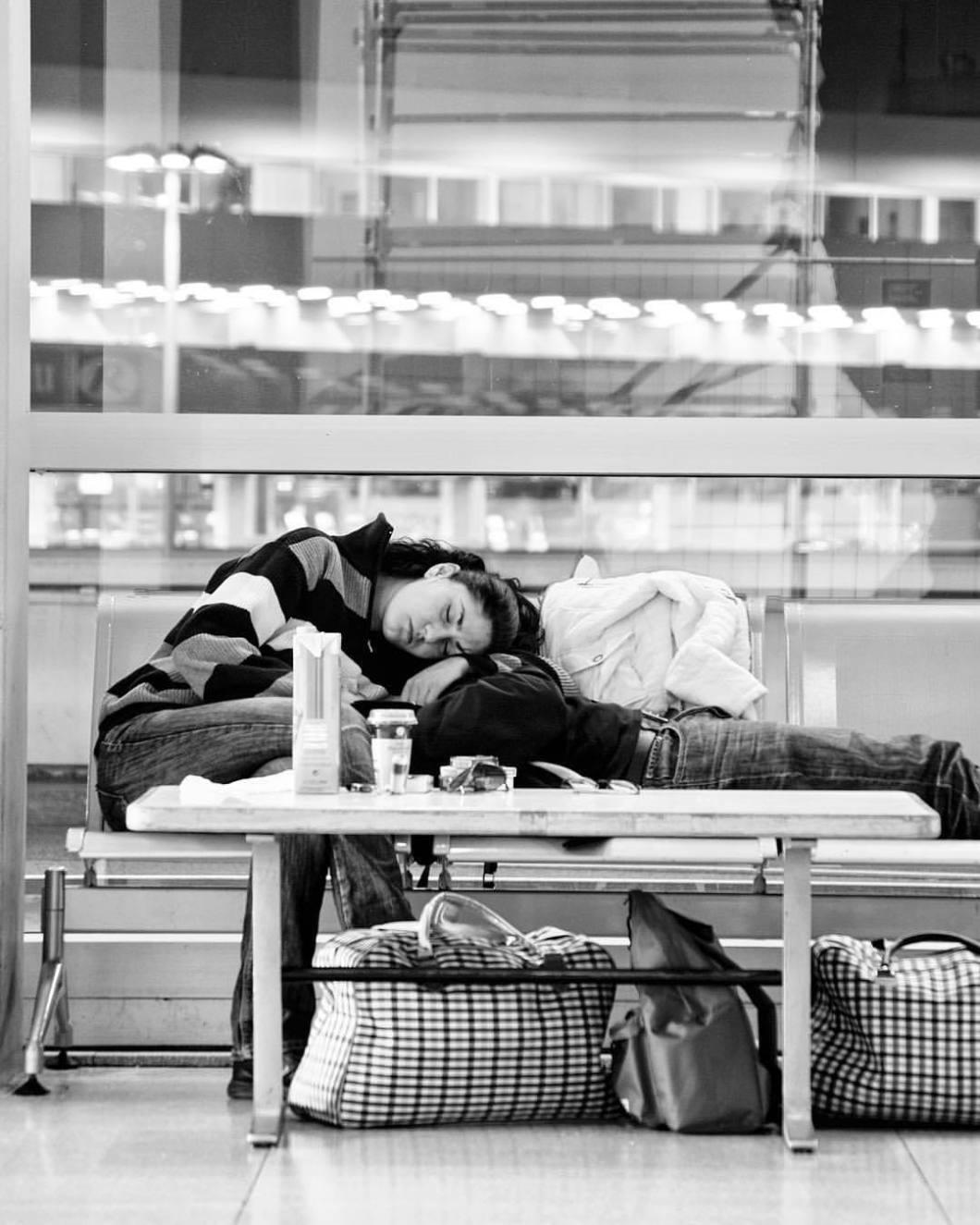Flughafen Köln/Bonn, 2009.#photooftheday #onephotoaday #photography #bwphotography #blackandwhite #blackandwhitephotography #monochrome #streetphotography #streetart #reportage #city #buildings #airport #cologne #cgn #cologneairport #people #peoplephotography #sleeping #waiting #reportagephotography #reportage #social #socialphotography # (hier: Köln Bonn Airport)
