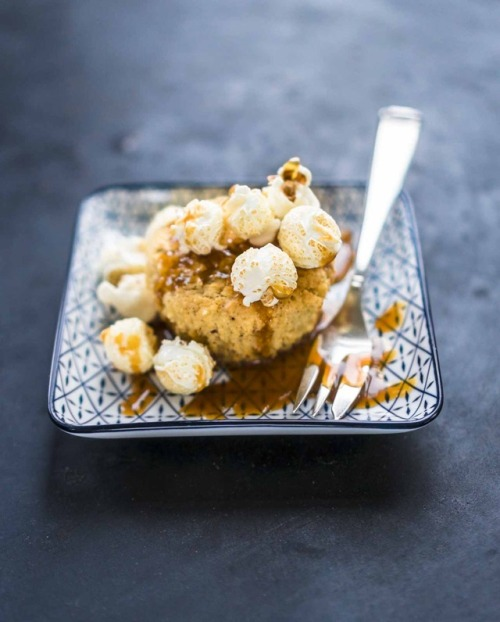 Apple muffins with caramel sauce and caramelized popcorn. 🍿🎉 recipe from the great craft beer cooking book by @herr_paulsen