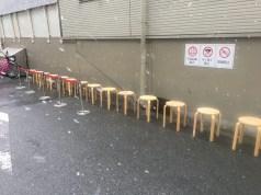 入店待ちの椅子