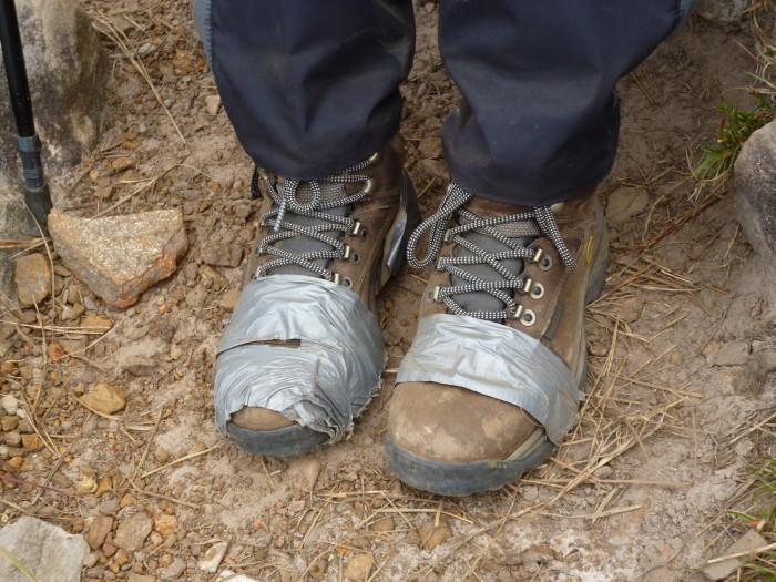 7 motivos para fazer viagens outdoor - Monte Roraima - Bota remendada com silver tape - 7 Cantos do Mundo