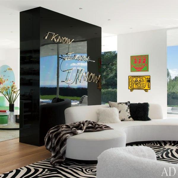 item2.rendition.slideshowVertical.elton-john-04-living-room