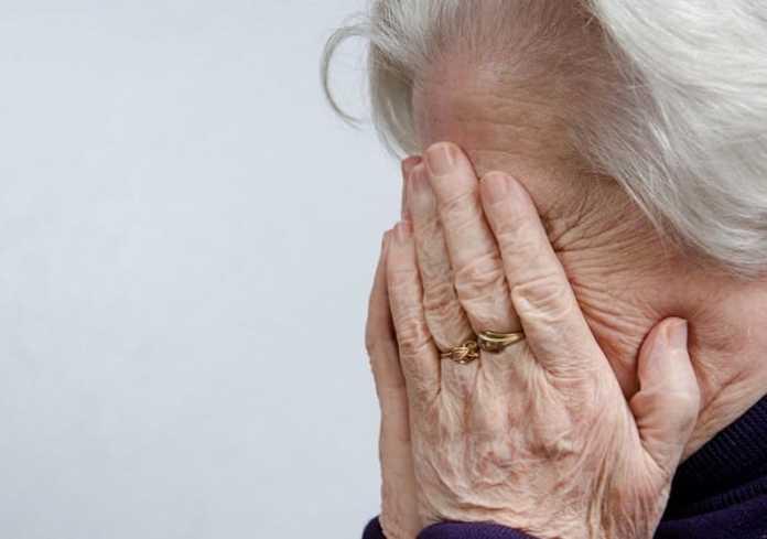 Врачи бросили пенсионерку с коронавирусом и деменцией возле подъезда