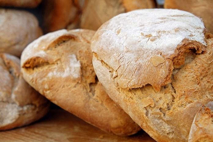 В Подмосковье мужчине продали хлеб с губкой внутри