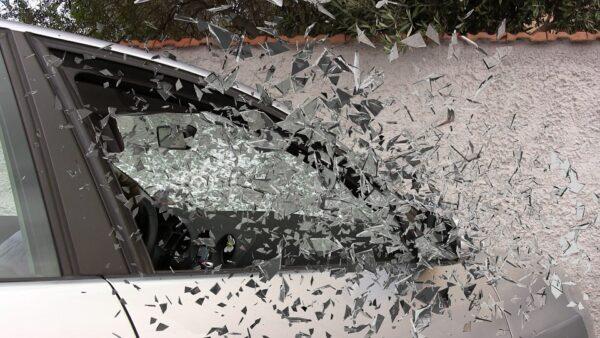 Мчащийся автомобиль сбил молодых влюблённых на пешеходном переходе