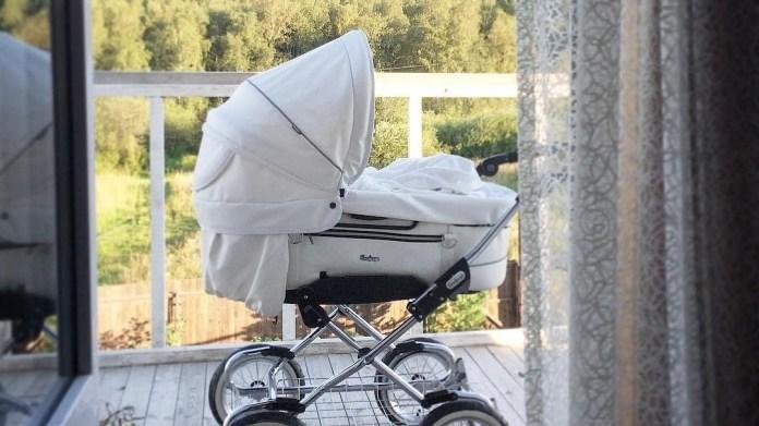 Родители заморозили младенца на балконе