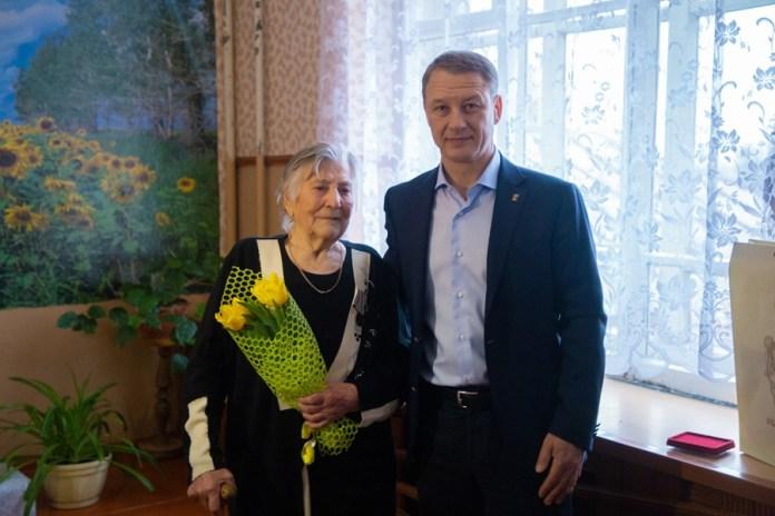 Аркадий Фомин вручил ветерану юбилейную медаль