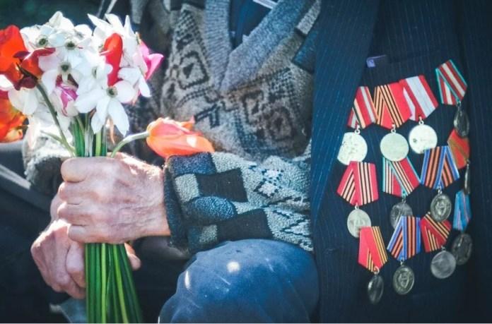 Ветеранов обеспечат кнопочными мобильными телефонами ко Дню Победы
