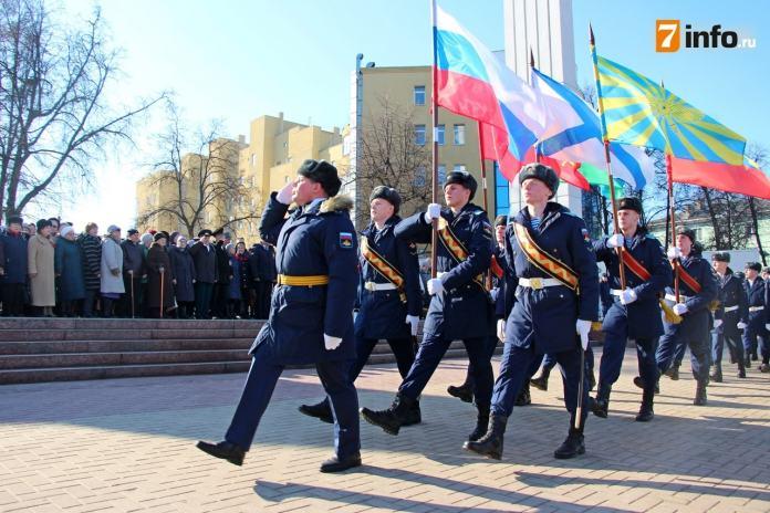 Накануне Дня защитника Отечества в Рязани возложили цветы к монументу Победы