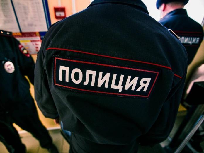 Компания мужчин с псом устроила разборки с полицейскими в Москве