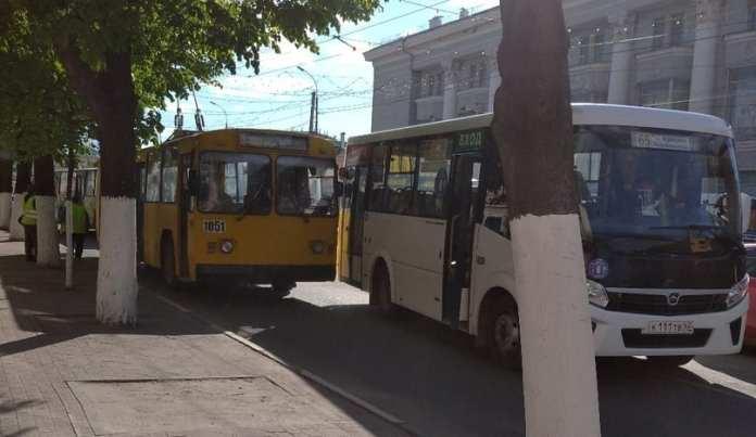 В центре Рязани столкнулись троллейбус и маршрутка
