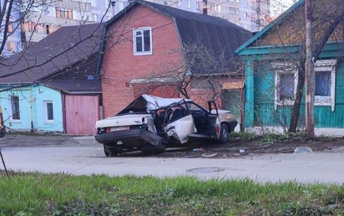 Легковой автомобиль практически уничтожен после ДТП в Горроще
