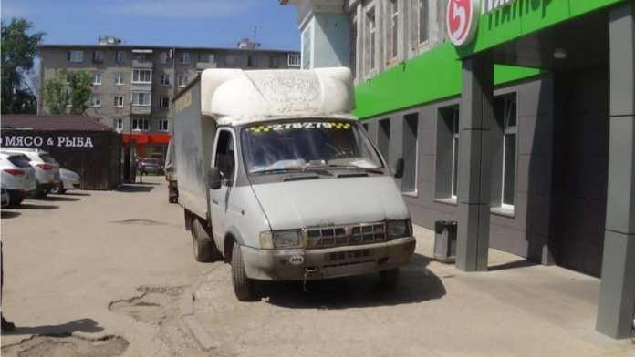 У магазина в Рязани грузовик наехал на мужчину