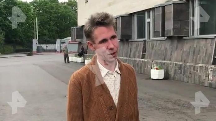 Алексей Панин накрасил губы и снялся полностью голым