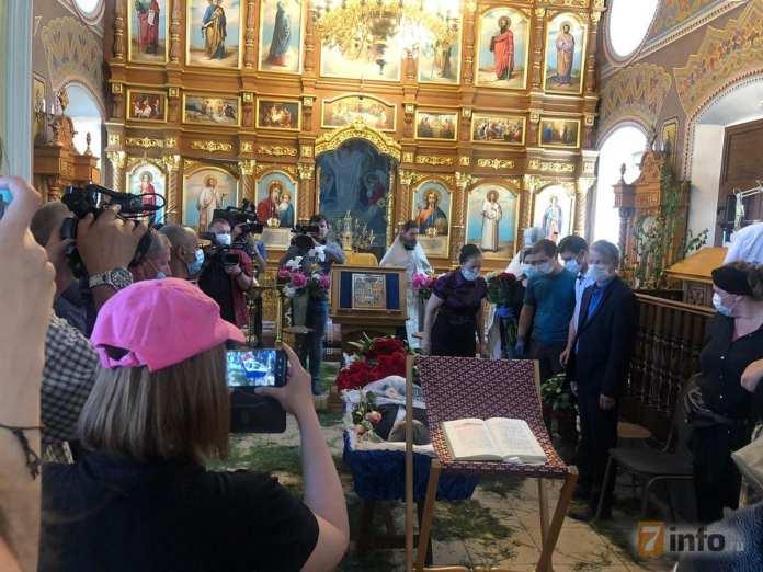 Мать Сергея Захарова привели на похороны сына