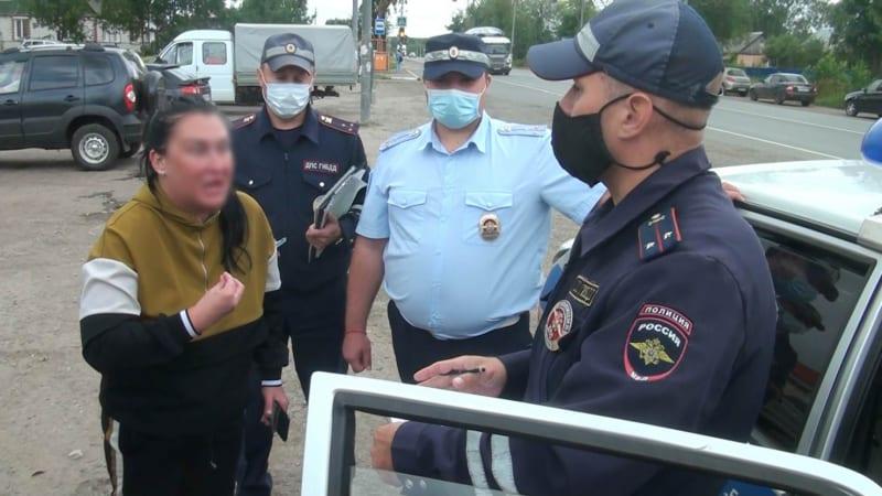 В Рязани пьяная женщина на «Мерседесе» врезалась в столб, уезжая от полиции