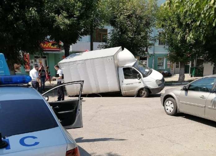 В центре Рязани машина провалилась в асфальт