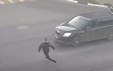 Момент наезда машины на бегущего пешехода в Рязани попал на видео