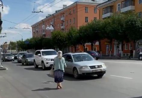 Женщина бросается под машины в центре Рязани – соцсети