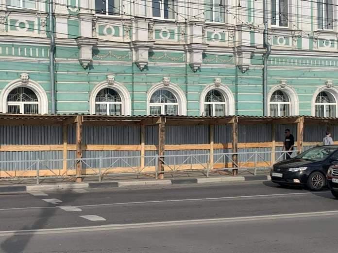 В центре Рязани сделали пешеходную галерею с гвоздями в потолке