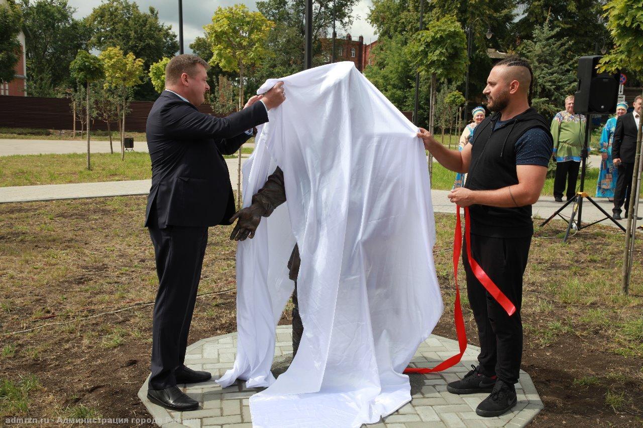 Губернатор Николай Любимов открыл скульптуру Рязанского косопуза