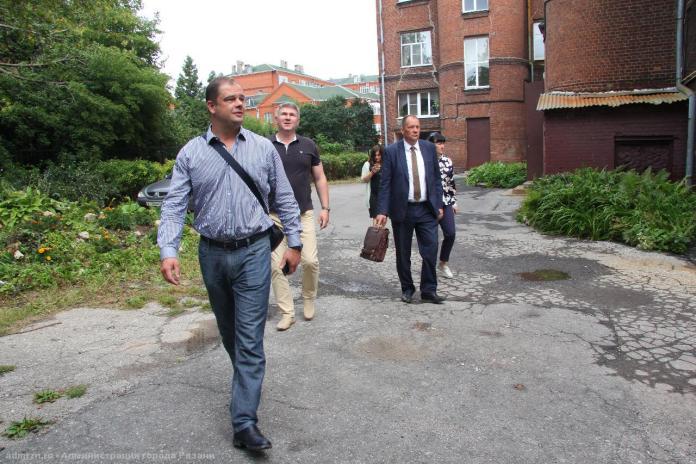 Владимир Бурмистров осмотрел территории школ и детских садов
