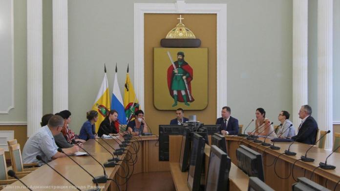 Представители рязанской администрации встретились с жителями аварийного дома на Колхозной