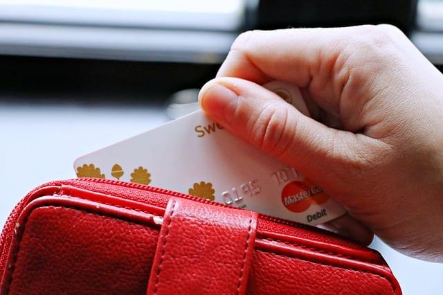 Нашёл на улице банковскую карту. Как поступить с ней?