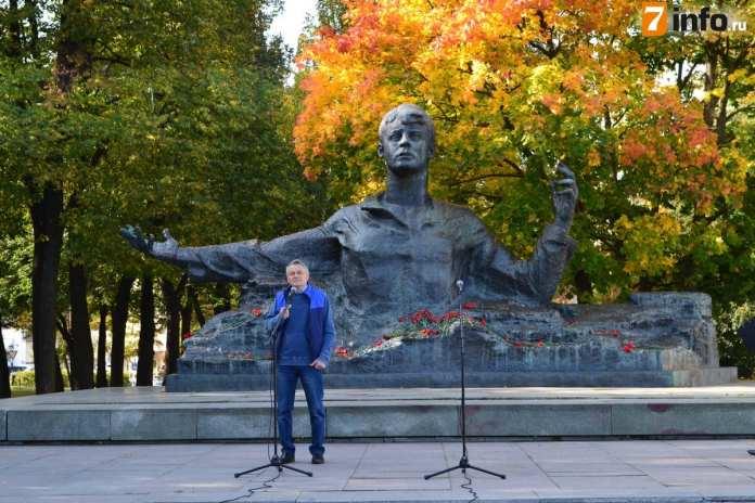 В рамках поэтического митинга рязанцы прочли стихи у памятника Есенину