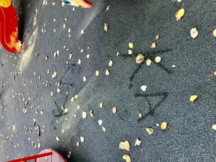 В рязанском сквере испортили новое покрытие на детской площадке