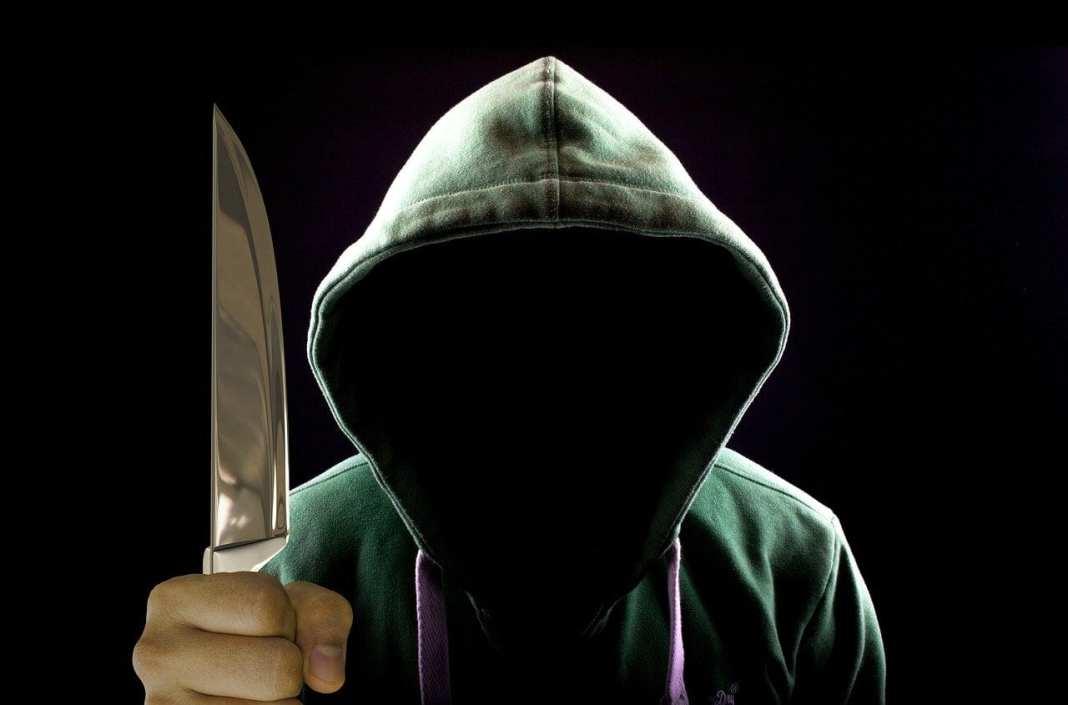 В Касимове мужчина с ножом заставлял незнакомую женщину сходить в магазин