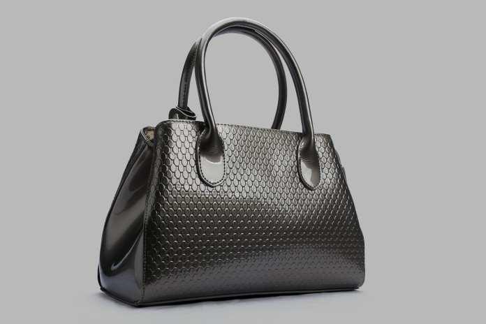 Эксперт рассказал об опасности женских сумок для здоровья людей