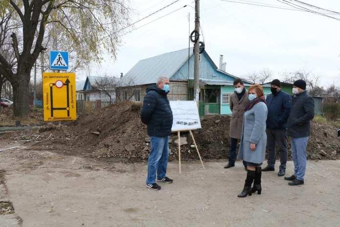 Елена Сорокина проверила ремонт дороги на улице Коняева