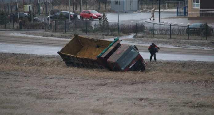 Из-за гололёда в Рыбном попал в ДТП грузовик с песком для дорог
