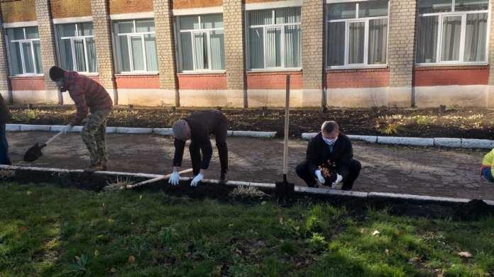 Сотрудники Сбербанка и предприятия «Авангард» высадили на территории рязанской школы декоративные кустарники