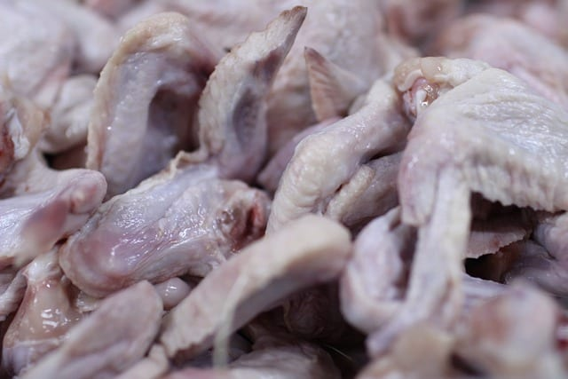 На рязанском предприятии обнаружили просроченное мясо и скопление мух