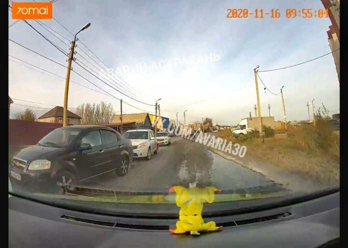 В Астрахани на улице Бабаевского образовался гололед из-за протекающей канализации