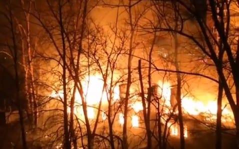 Опубликовано видео крупного пожара в посёлке Шлаковый в Рязани