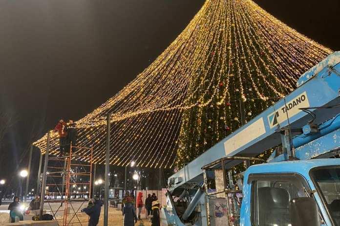 Вокруг главной ёлки Липецка на площади Петра Великого появился световой шар