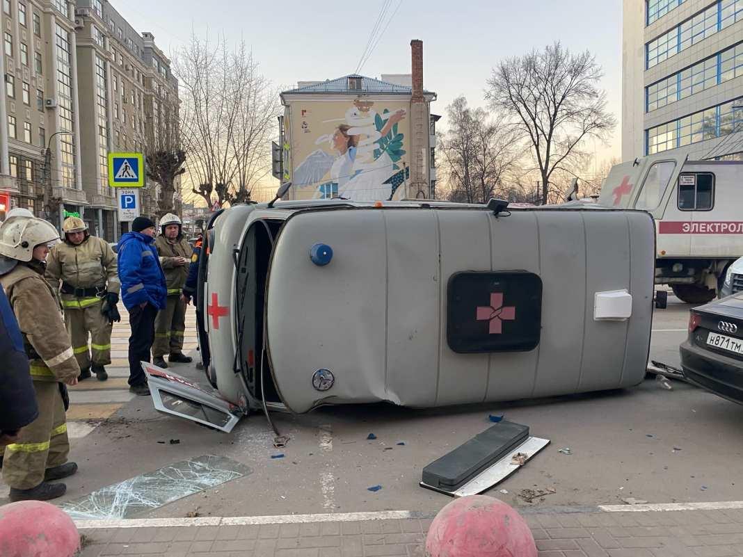 В центре Рязани перевернулся автомобиль скорой помощи