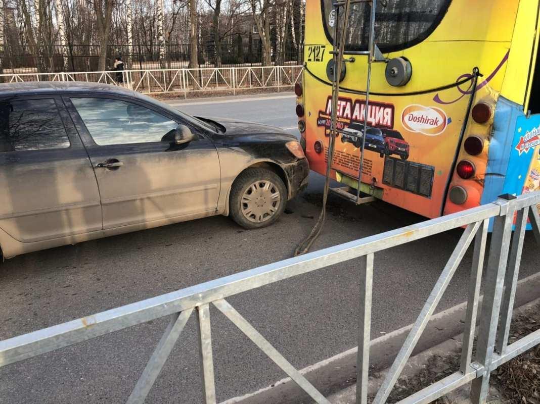 В Приокском легковушка столкнулась с троллейбусом