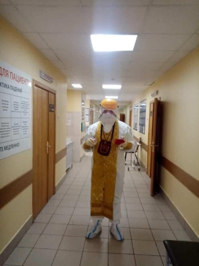 В Рязанской ОКБ священники начали причащать пациентов с COVID-19