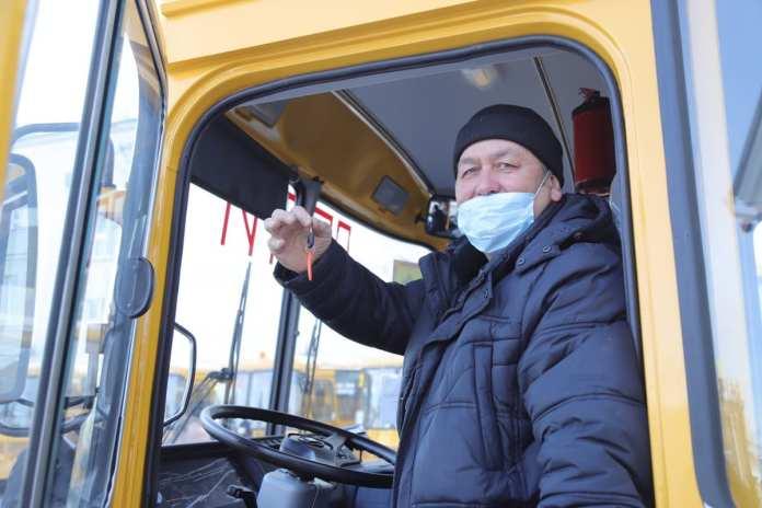19 новых школьных автобусов передал Николай Любимов в районы Рязанской области