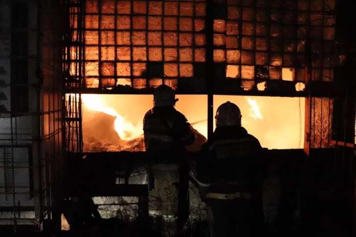 Фоторепортаж с тушения пожара на трубном заводе в Рязани