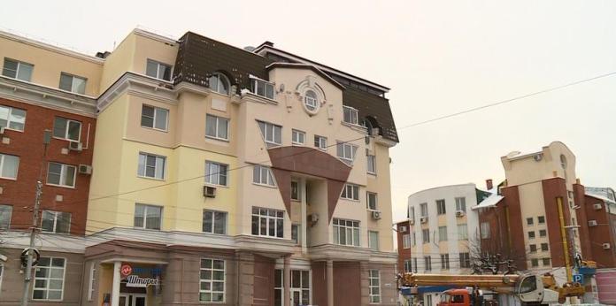 На улице Сенной в Рязани начали сносить незаконную надстройку на крыше жилого дома