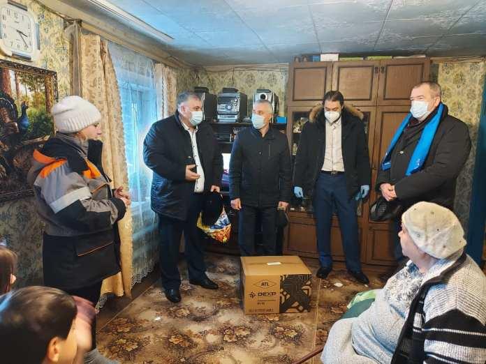 Депутаты Рязанской областной думы подарили погорельцам из Клепиковского района микроволновую печь