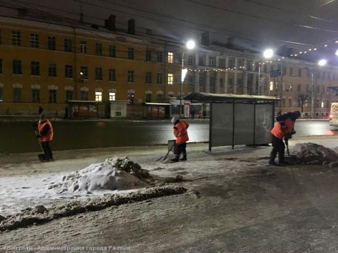 На улицах Рязани продолжается уборка снега
