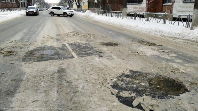 Колодцы на улицах Рязани очищают от наледи