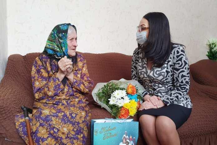Жанна Фомина поздравила труженицу тыла со 100-летием