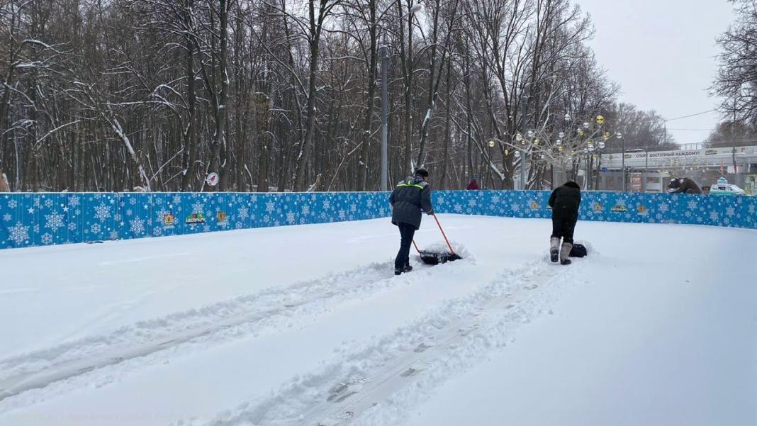В Рязани от снега чистят катки и хоккейные коробки